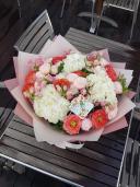 Букет из гортензии и роз