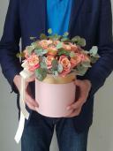 Букет роз в шляпной коробке  - Робкий поцелуй