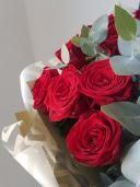 Букет из 15 роз с эвкалиптом
