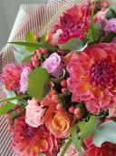 Букет с георгинами и розами