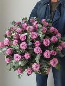 51 роза в корзине с эвкалиптом