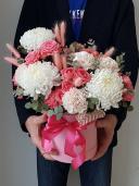 Букет с хризантемами в шляпной коробке