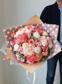Букет из гортензий и кустовых роз
