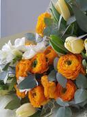 Средний букет с ранункулюсами, тюльпанами и фрезией