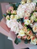 Гортензия и кустовая роза
