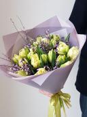 Букет из пионовидных тюльпанов и генисты