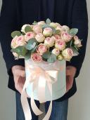 Шляпная коробка с кустовой пионовидной розой